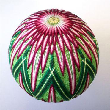 Фотографии шариков темари, изготовленных художницей-дизайнером (aka ) из американского города Цинциннати...